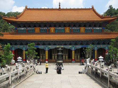 Large Chinese temple in Kunming - Spot the differences